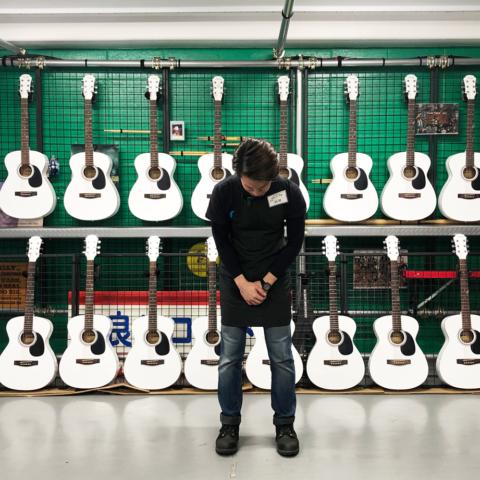 しにやす白いギター